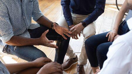 Un homme africain conseiller thérapeute entraîneur psychologue parle au concept de séance de thérapie de conseil de groupe encourager les patients de soutien dans la toxicomanie parler partager le problème s'asseoir en cercle en réadaptation, vue rapprochée Banque d'images