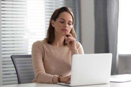 Ernsthafte weibliche CEO, die über schwierige Problemlösungen nachdenkt, die Strategie der Unternehmensentwicklung plant und schwierige Entscheidungen trifft. Durchdachter Mitarbeiter, der mit einem harten Projekt arbeitet und auf den Finanzbericht wartet.