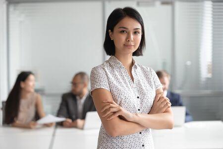 Head shot zdjęcie pewność poważne przyjemny koreański portret kierownika wykonawczego kobiet. Szczęśliwa urocza azjatycka bizneswoman, lider zespołu, profesjonalista, konsultant, doradca finansowy, pracownik banku, stażysta