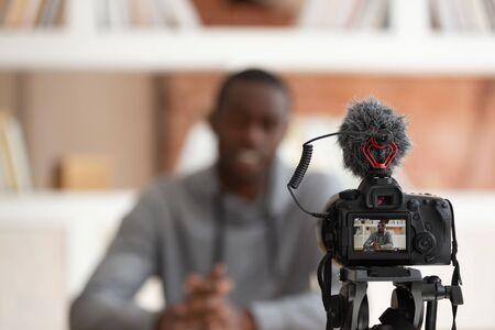 Zbliżenie na profesjonalny ekran dslr pokazujący afrykańskiego faceta siedzącego przed kamerą nagrywającego rozmowę kwalifikacyjną o pracę lub film edukacyjny na kurs online liceum dzielenie się pojęciem wiedzy