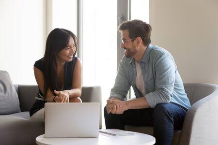 Diverse Freunde Kollegen sitzen in einem modernen Büro-Lounge-Raum und sprechen informelle Themen flirten, drücken ihr Mitgefühl aus und haben gute Arbeitsbeziehungen, Kunden und Manager planen die Zusammenarbeit beim Meeting-Konzept
