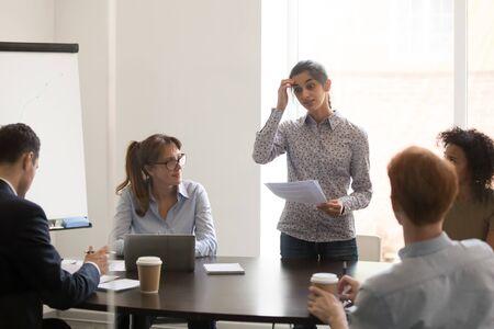 La oradora presentadora nerviosa de la trabajadora india se siente avergonzada y tímida frente a los clientes de colegas multiétnicos en la reunión de negocios de la conferencia, tímido, estresado, no preparado, concepto de empleado