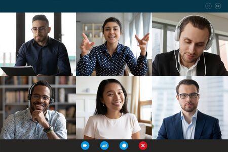 L'équipe travaillant par appel vidéo de groupe partage des idées de remue-méninges pour négocier l'utilisation de la vidéoconférence, vue sur l'écran du PC six jeunes multiethniques, concept d'utilisation facile et confortable de la publicité pour l'application