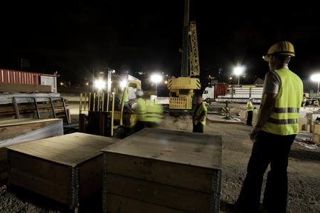Fotografía nocturna de obras de construcción, España