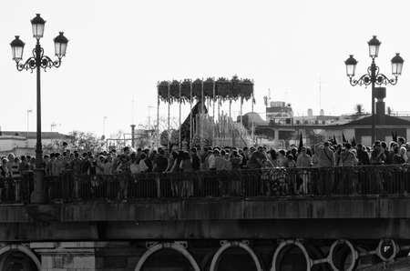 """fraternit�: SEVILLE. ESPAGNE - 13 avril: La confr�rie de """"La Estrella"""" Dans leur procession par S�ville en traversant le pont de Triana, la Semaine Sainte sur le 13 avril 2014 � S�ville."""