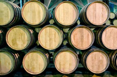위스키 용 오래된 배럴 또는 지하실에있는 와인 스톡 콘텐츠