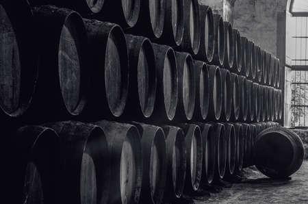 ウイスキーや黒と白のワインセラー