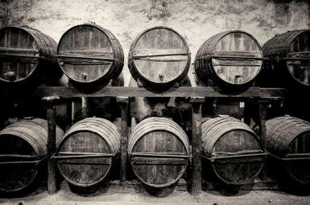 Botti accatastati in cantina in bianco e nero Archivio Fotografico - 33112890