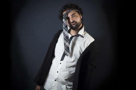 Jonge man dronken met stropdas op het hoofd