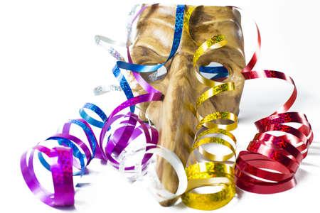 mascara de carnaval: Máscara del carnaval con serpentinas de colores sobre fondo blanco