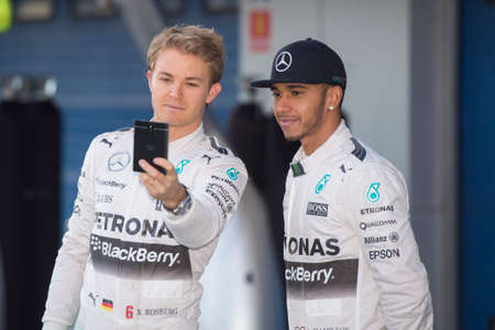 JEREZ DE LA FRONTERA, SPAIN - FEBRUARY 01: Nico Rosberg and Lewis Hamilton, pilots of the team Mercedes, are made a selfie in test Formula 1 in Circuito de Jerez on feb 01, 2015 in Jerez de la frontera. 新聞圖片