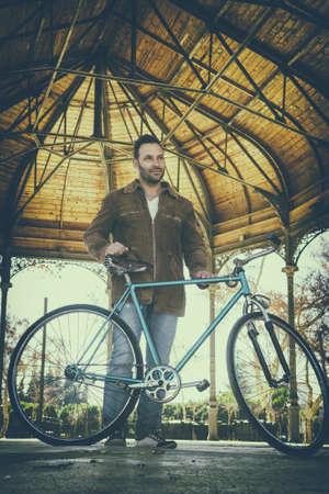 pastel colours: Hombre con la bici de la vendimia en colores pastel Foto de archivo