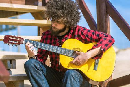 chemise carreaux: Guitariste avec chemise � carreaux et les cheveux afro