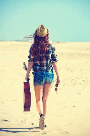 colores pastel: Posterior de la mujer caminando por la playa en colores pastel