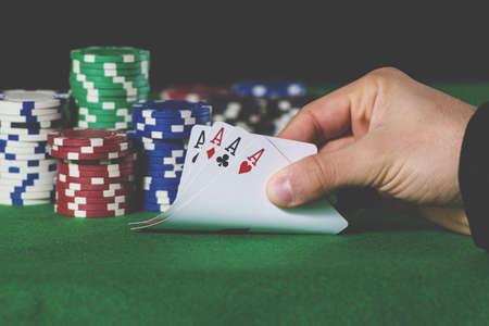 cartas poker: Primer de la mano de póquer de ases en tonos pastel