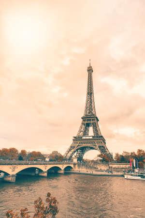 pastel colours: La Torre Eiffel, en Par�s, en colores pastel. Foto de archivo