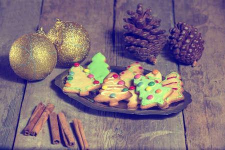 colores pastel: Bandeja de galletas de Navidad y bolas de Navidad en tonos pastel Foto de archivo
