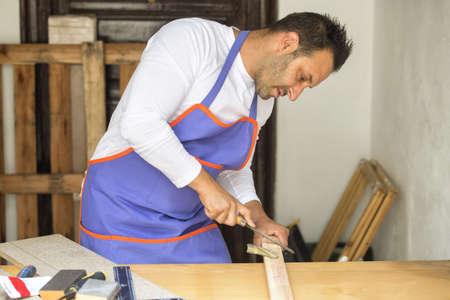 carpintero: Carpintero que usa la escofina en la carpintería Foto de archivo