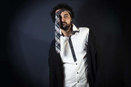 ebrio: Hombre joven borracho con la corbata en la cabeza