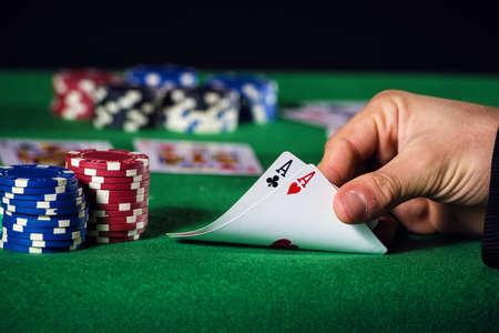 Close-up van poker speler met twee ace. Stockfoto