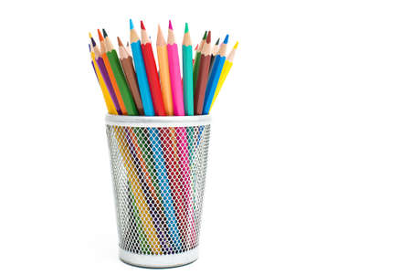 case: Lápices de colores en una caja de lápices en el fondo blanco