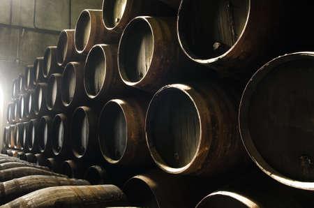bodegas: Barriles de whisky o vino apilados en el sótano