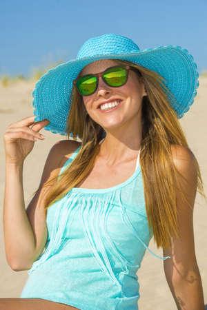 sexy young girl: Молодая женщина на пляже с Памелой и синей рубашке