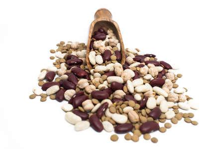 leguminosas: Las legumbres y primicia sobre fondo blanco. Foto de archivo