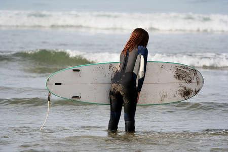 chica surf: chica surf en el mar  Foto de archivo