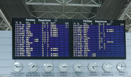 mil�n: Aeropuerto de salida bordo de la informaci�n  Editorial