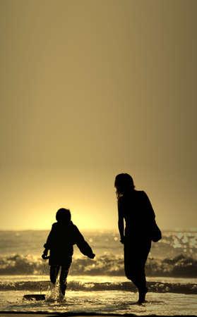 mamma e figlio: madre e figlio con pensione bodyboard  Archivio Fotografico