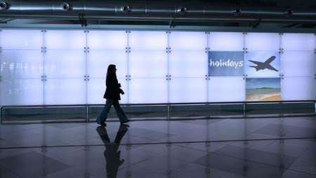 viajero: mujer caminando en el aeropuerto Foto de archivo
