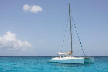deportes nauticos: catamar�n en Playa de saona - mar Caribe Foto de archivo