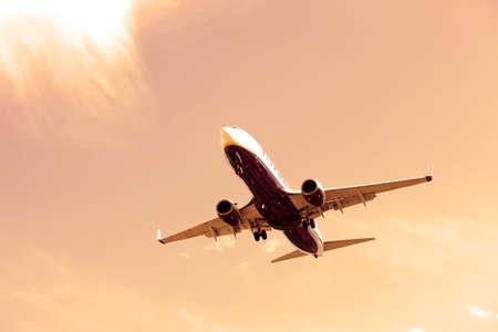 Boeing 737-8AS maakt zijn landing benadering van de luchthaven van Porto