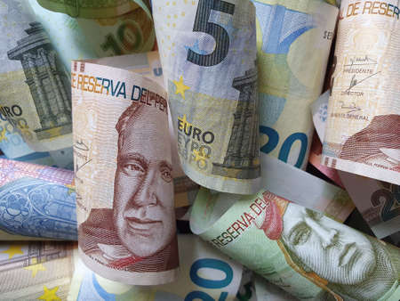 approach to peruvian banknotes and european bills of different denominations Stockfoto