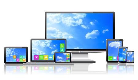 Ordenador portátil, PC de la tableta, teléfono móvil, TV y navegador con nubes en los escritorios se muestran en la imagen Foto de archivo