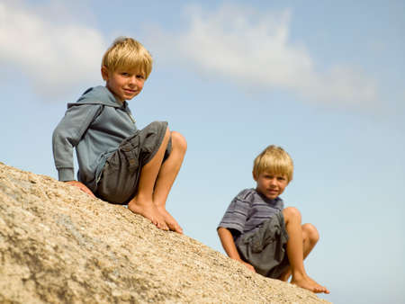 ragazze bionde: Brothers in una spiaggia LANG_EVOIMAGES