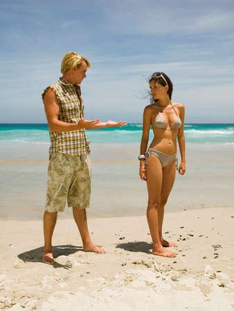 argument: Pares que tienen un argumento en la playa