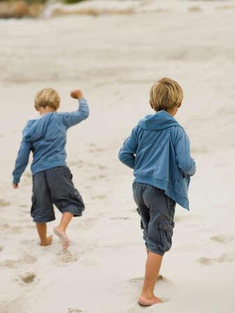 hermanos jugando: Hermanos que juegan en la arena