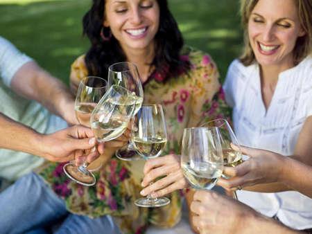 Menschen Wein trinken
