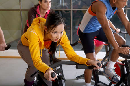 cycles: Les gens sur les cycles dans le gymnase