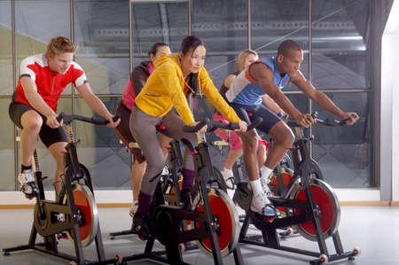 cycles: La gente en los ciclos en el gimnasio