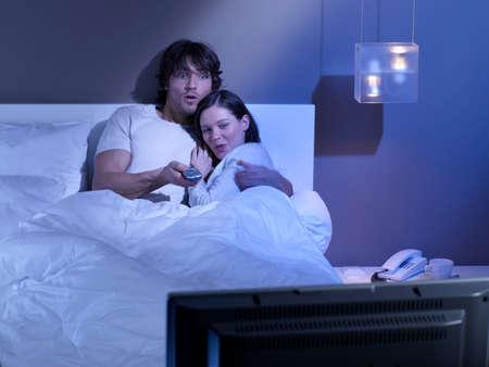 pareja viendo tv: Joven mirando la televisi�n