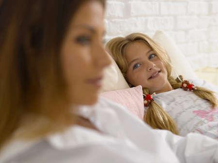 girl lying down: Chica acostado y sonriente