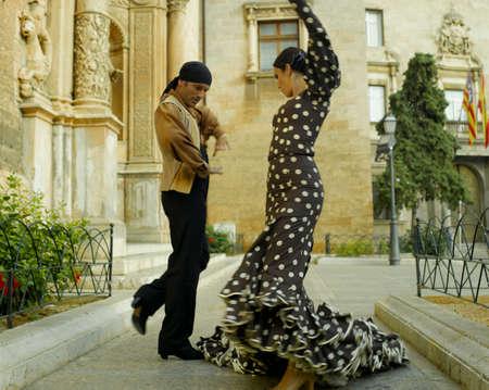 bailando flamenco: Joven pareja bailando