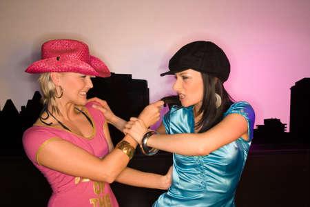 mujeres peleando: Dos mujeres jóvenes que luchan