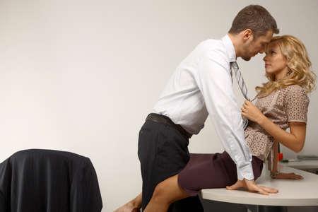 Seitenansicht eines Kaufmanns und einer geschäftsfrau flirtend im Büro LANG_EVOIMAGES