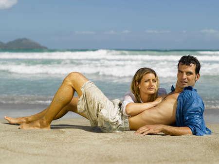 mid adult couple: Pareja de mediana edad tumbado en la playa