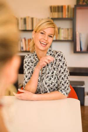 femme qui rit: Portrait d'une jeune femme en riant