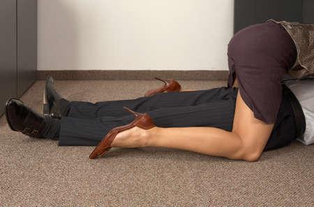 Niedrige Schnittansicht eines Geschäftsmannes und Geschäftsfrau Flirten im Büro